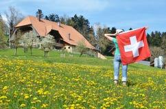 Bandiera dello svizzero della tenuta della ragazza Fotografia Stock Libera da Diritti