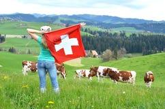Bandiera dello svizzero della tenuta della ragazza Immagini Stock Libere da Diritti