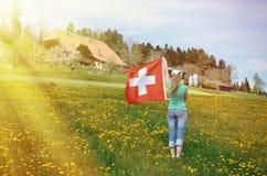 Bandiera dello svizzero della tenuta della ragazza Fotografia Stock
