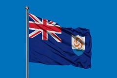 Bandiera di Anguilla che ondeggia nel vento contro il cielo blu profondo illustrazione vettoriale