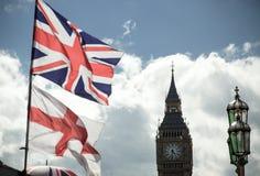 Bandiera di Britannici Union Jack che soffia nel vento fotografie stock libere da diritti