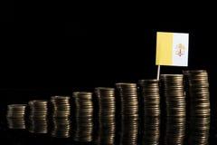 Bandiera di Città del Vaticano con il lotto delle monete sul nero Fotografia Stock