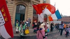 Bandiera di Colonia e della Francia con i costumi francesi tradizionali al carnevale o alla parata di Karneval in Colonia durante archivi video