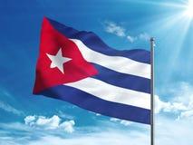 Bandiera di Cuba che ondeggia nel cielo blu Fotografia Stock Libera da Diritti