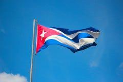 Bandiera di Cuba sopra il cielo Immagini Stock