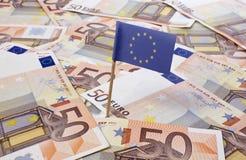 Bandiera di Europa che attacca in 50 euro banconote (serie) Fotografia Stock