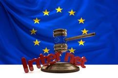 Bandiera di Europa sul martelletto di legno del giudice con Internet audace delle lettere Fotografie Stock
