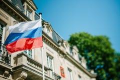 Bandiera di Federazione Russa che ondeggia davanti al consolato della Russia Immagini Stock