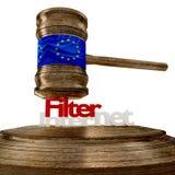 Bandiera di Filternet di Europa sul martelletto di legno del giudice con le lettere audaci Fotografie Stock