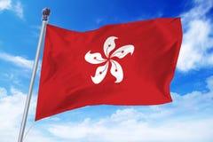 Bandiera di Hong Kong che si sviluppa contro un cielo blu Fotografie Stock Libere da Diritti
