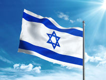 Bandiera di Israele che ondeggia nel cielo blu Fotografie Stock Libere da Diritti