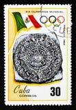 Bandiera di manifestazioni del francobollo di Cuba ed emblema dei diciannovesimi giochi olimpici in Mixico, Cuba, 1968, circa 196 Immagini Stock Libere da Diritti