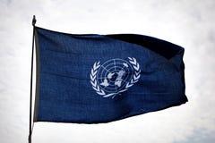 Bandiera di ONU che ondeggia sulla pattuglia Fotografia Stock Libera da Diritti