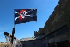 Bandiera di pirata allegra di Roger nel cielo blu Immagini Stock Libere da Diritti