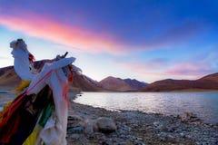 Bandiera di preghiera di Tibetian accanto al lago Pangong (TSO) di Pangong, Leh, ragazzo immagini stock