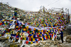 Bandiera di preghiera sul passaggio della La di Khardung Fotografia Stock