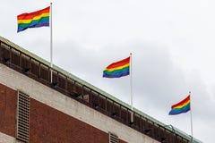 Bandiera di Pride Movement del gay sul tetto della casa a Stoccolma, S Fotografie Stock Libere da Diritti
