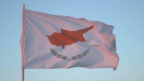 Bandiera di sbattimento in vento, simbolo nazionale del Cipro contro cielo blu, colpo loopable stock footage