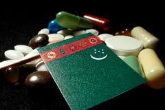 Bandiera di Turkmenistani con il lotto delle pillole mediche isolate sul nero Fotografia Stock Libera da Diritti