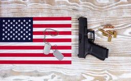 Bandiera di U.S.A. con attrezzatura militare su fondo di legno bianco sbiadito Fotografie Stock