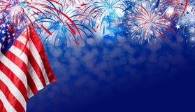 Bandiera di U.S.A. con il fondo dei fuochi d'artificio per la festa dell'indipendenza del 4 luglio Fotografia Stock Libera da Diritti