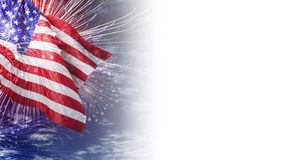 Bandiera di U.S.A. con il fuoco d'artificio ed il cielo blu con il fondo della nuvola Immagini Stock Libere da Diritti