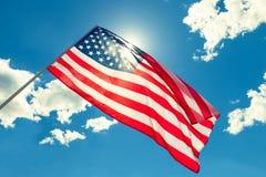 Bandiera di U.S.A. con le nuvole - all'aperto spari Immagine filtrata: effetto d'annata elaborato incrocio Immagine Stock
