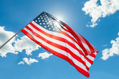 Bandiera di U.S.A. con le nuvole su fondo Immagini Stock Libere da Diritti