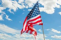Bandiera di U.S.A. con le nuvole su fondo Fotografie Stock Libere da Diritti