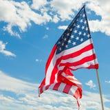 Bandiera di U.S.A. con le nuvole su fondo Immagine Stock Libera da Diritti