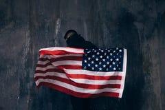 Bandiera di U.S.A. di volo ed uomo irriconoscibile Immagine Stock Libera da Diritti