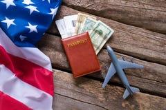 Bandiera di U.S.A. e un passaporto Fotografie Stock
