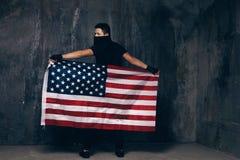 Bandiera di U.S.A. ed uomo irriconoscibile in banda Fotografie Stock Libere da Diritti