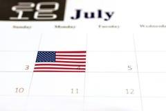 Bandiera di U.S.A. sopra il quarto di luglio sul calendario 2016 Immagini Stock Libere da Diritti