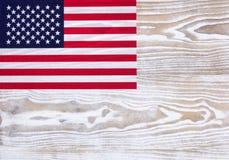 Bandiera di U.S.A. su fondo di legno bianco sbiadito Fotografia Stock