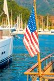 Bandiera di U.S.A. sui precedenti degli alberi degli yacht Fotografia Stock Libera da Diritti
