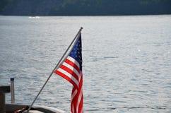 Bandiera di U.S.A. sul lago Fotografia Stock