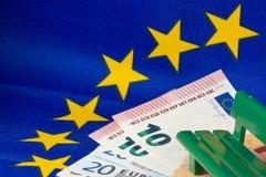 Bandiera di UE, euro note e banco Fotografia Stock Libera da Diritti