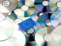 Bandiera di UE sopra il mucchio di DVD e del CD isolato su bianco immagini stock libere da diritti