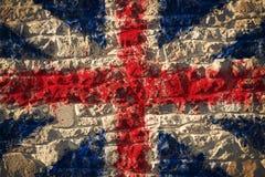 Bandiera di Union Jack britannici sul fondo rurale della parete L fotografia stock libera da diritti