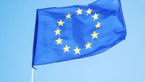 Bandiera di Unione Europea che ondeggia nel metraggio 4k del forte vento video d archivio