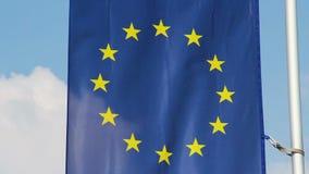 Bandiera di Unione Europea che ondeggia in vento, fondo del cielo blu stock footage