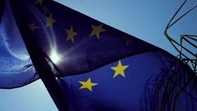 Bandiera di Unione Europea d'ondeggiamento nel vento con un cielo blu archivi video