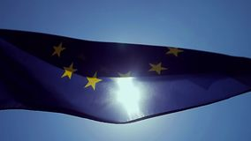 Bandiera di Unione Europea d'ondeggiamento nel vento con un cielo blu stock footage