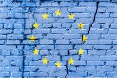 Bandiera di Unione Europea dipinta su un muro di mattoni Bandierina dell'unione europea Priorità bassa astratta strutturata Immagine Stock