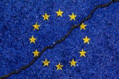 Bandiera di Unione Europea dipinta sul fondo incrinato/disaccordo della parete Fotografia Stock Libera da Diritti