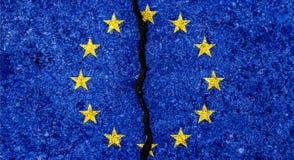 Bandiera di Unione Europea dipinta sul fondo incrinato/disaccordo della parete Immagine Stock Libera da Diritti