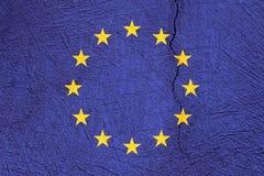 Bandiera di Unione Europea sul fondo incrinato di struttura Immagini Stock