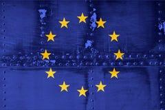 Bandiera di Unione Europea sul fondo di struttura del metallo Simbolo, immagine stock libera da diritti
