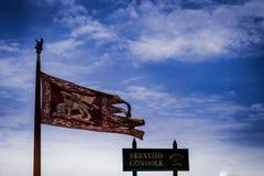Bandiera di Venezia, simbolo principale di Venezia - il leone alato dorato dell'evangelista Mark immagini stock libere da diritti